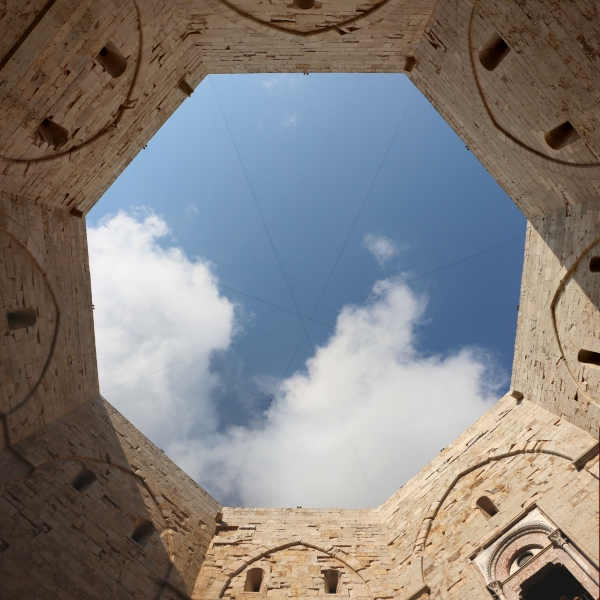 https://upload.wikimedia.org/wikipedia/commons/thumb/e/e2/Castel_del_monte%2C_cortile_02%2C2.jpg/900px-Castel_del_monte%2C_cortile_02%2C2.jpg
